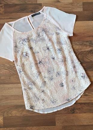 Нарядная нежно-розовая футболка в пайетки спереди размер s