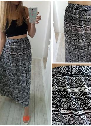 Длинная юбка в пол на резинке черная в светлый геометрический принт рисунок