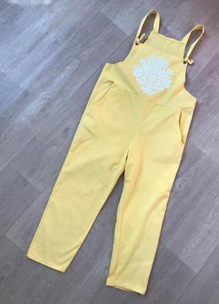Красивый желтый комбинезон  с узором на р.л