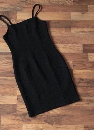 Черное стильное фактурное  вечернее платье размер s