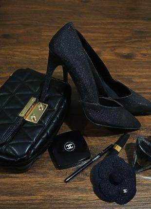 Вечерние туфли. черные блестящие туфли atmosphere