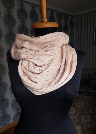 Снуд трикотажный шарф пудрового персикового цвета металлические заклёпки