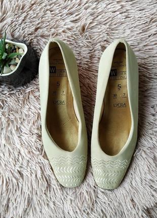 Оригинальные модные туфли с вышивкой на удобном каблуке