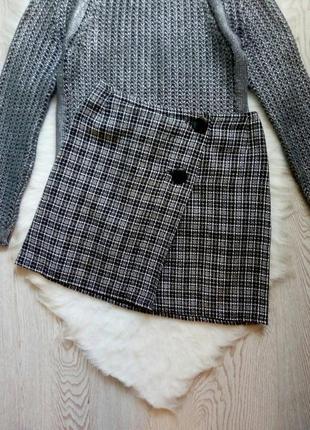 Серая теплая твидовая короткая юбка в черную клетку полоску с пуговицами на запах