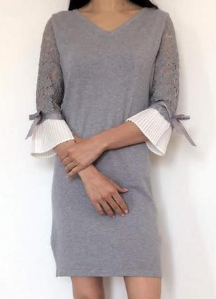 Серое вязаное платье с кружевом