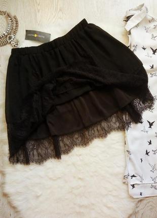Черная короткая юбка с ажурными вставками гипюра снизу пышная на резинке нарядная
