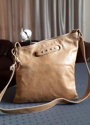 Кожаная красивая светло коричневая сумка на длинном ремешке