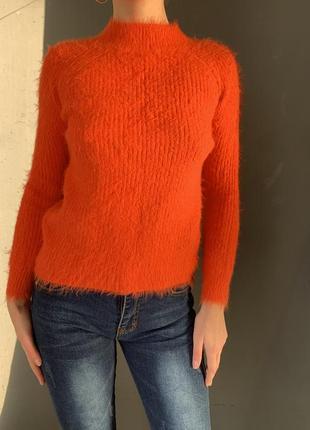 Ярко оранжевый морковный свитер травке