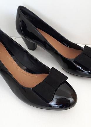 Лакированные туфли кожаные на каблуке clarks
