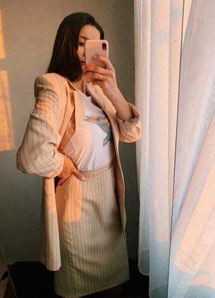 Бежевий костюм в смужку юбка піджак