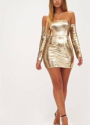 Платье в золотых пайетках с открытыми плечами prettylittlething коллекция кортни кардашьян