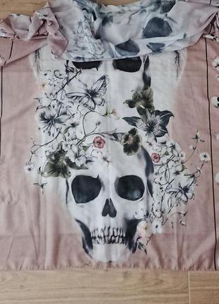 Легкий шарф с черепами и цветами.