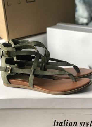 Босоножки гладиаторы бренд g by guess, оливковые сандалии
