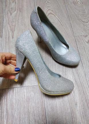 Нарядные серебристые туфли на высоком каблуке и платформе