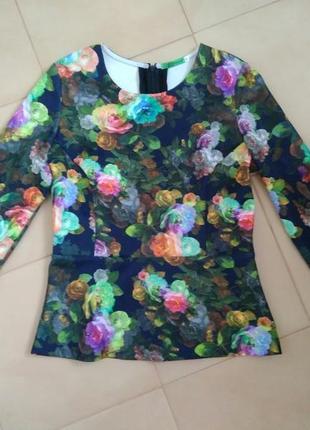 Эффектная блуза в цветочный принт с баской