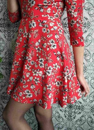 Красное платье в цветы3 фото