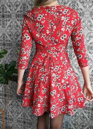 Красное платье в цветы5 фото