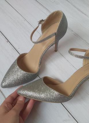 Серебристые стильные туфли,на застежке
