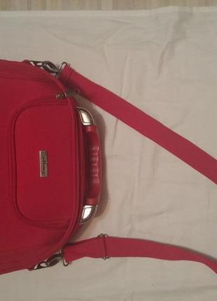 Красная сумка бьюти-кейс.