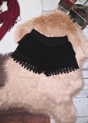 Чёрные шорты из плотного кружева на подкладке
