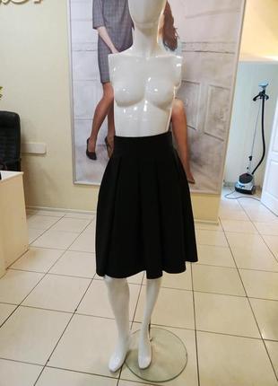 Чёрная юбка в складку на подкладке.