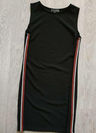Черное прямое платье с лампасами