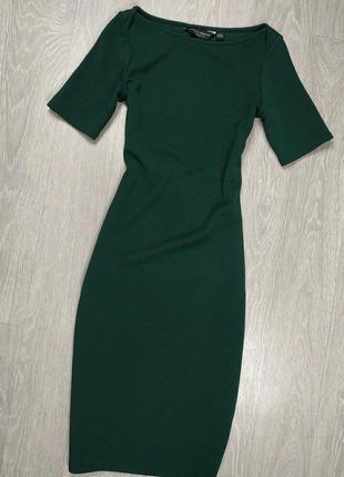 Изумрудное приталенное платье