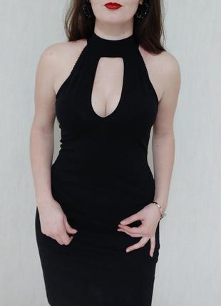 Черное трикотажное платье с чокером выше колена в обтяжку