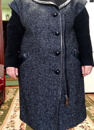 Классическое женское пальто с кожаными вставками
