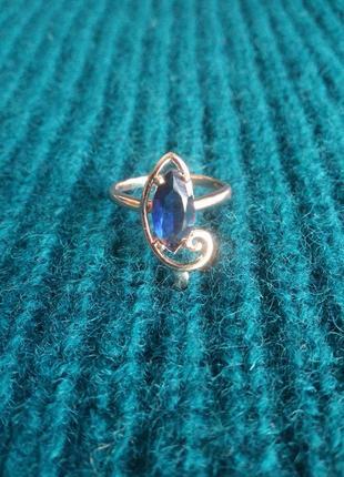 Позолоченное кольцо с синим цирконом.