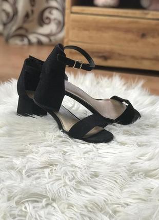Трендовые босоножки на низком каблуке от new look