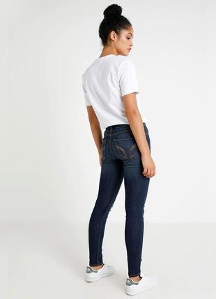 Зауженные джинсы с дырками hollister