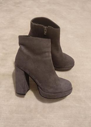 Ботинки на каблуку замшеві