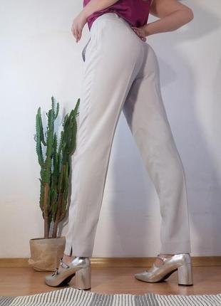 Серые классические брюки высокая посадка стрелки зауженные