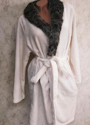 Белый плюшевый халат.