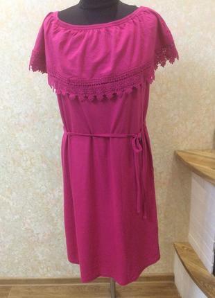 Платье малиновое с воланом и кружевом