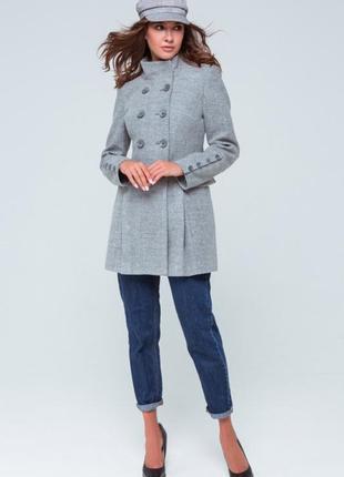 Брендовое серое демисезонное пальто с поясом и карманами atmosphere этикетка