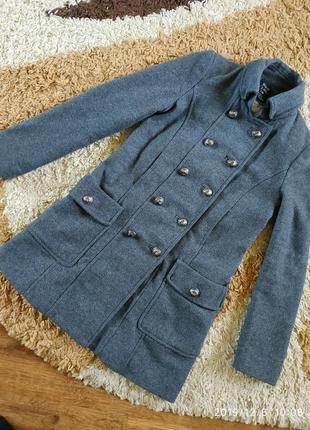 Фирменное демисезонное крутое пальто