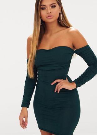 Платье нарядное коктейльное изумрудное футляр с открытыми плечами