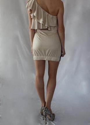 Бежевое мини платье на одно плече с рюшами и контрастной молнией сбоку s/36/8.