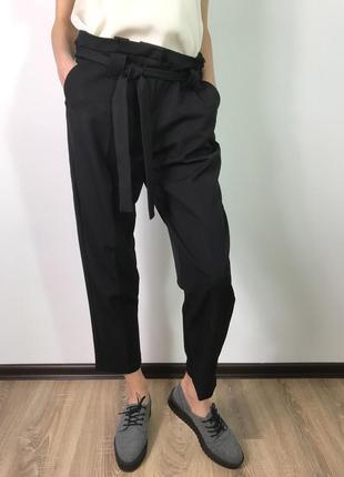 Черные укороченные брюки со стрелками с поясом на кулиске avant premiere m/10/38.