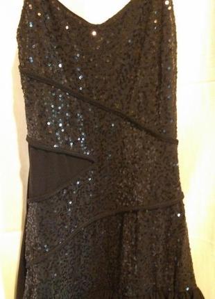 Черное клубное платье на тонких бретелях в пайетках с ярусной ассиметричной юбкой