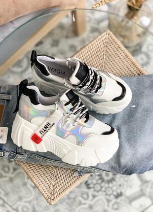 Кроссовки на массивной платформе