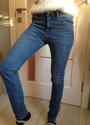 Джинсы mango с зауженной брючиной/ добротный джинс