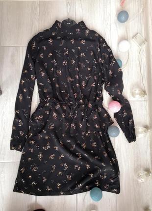 Лаконично платье с баской и стоечкой