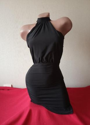 Черное короткое платье с открытыми плечами