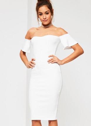 Білосніжне плаття міді на плечі