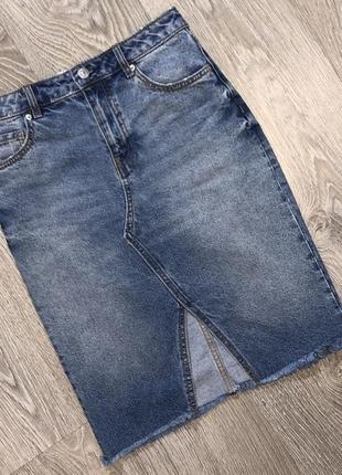 Классная джинсовая юбка карандаш с необработанным низом