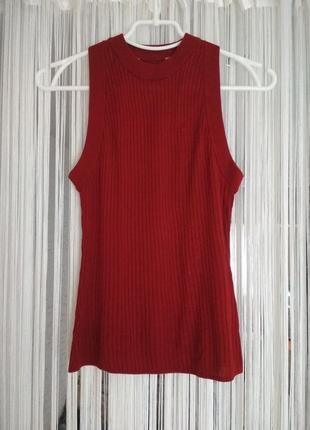 Красный топ без рукавов рельефной вязки из смесовой вискозы с воротником стойкой