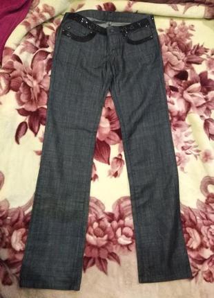 Стильные джинсы с черными пайетками на талии и на карманах